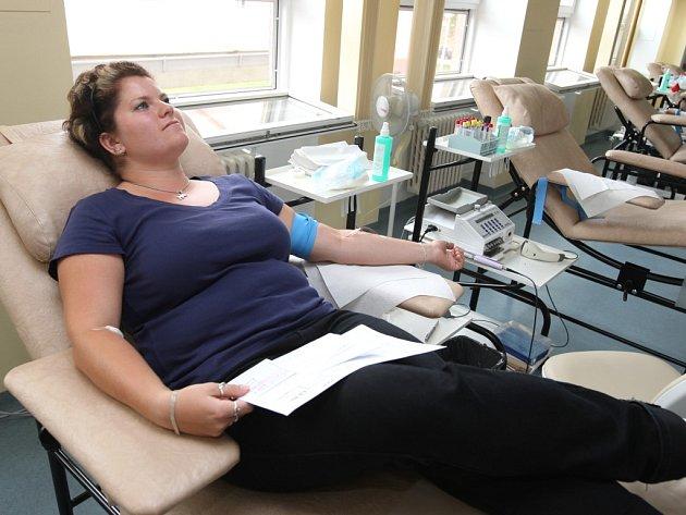 Dárci krve o prázdninách přicházejí k odběrům méně. V nejhorších situacích si nemocnice musí krev půjčovat odjinud