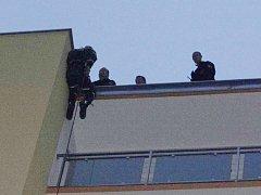 Záchrana ženy z balkonu v Nýřanské ulici v Plzni