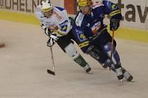 Plzeňský obránce Václav  Benák (na snímku vpravo) přispěl  svým gólem  k včerejší výhře Lasselsbergeru na ledě  karlovarské Energie.