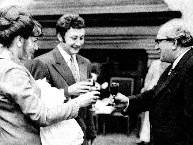 Na zdraví desetimiliontému občanu republiky, Irence Sedlákové ze Skvrňan, narozené 16. 7. 1974 v Plzni, připil místopředseda ZKNV J. Wiendl. Holčičku drží maminka v zavinovačce