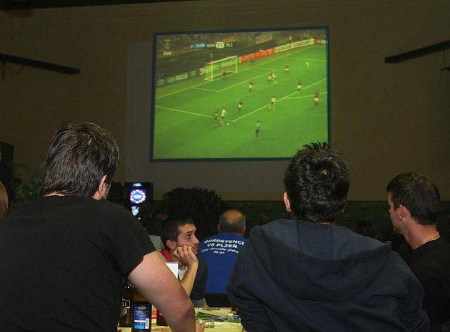 Fanoušci ve sportbaru. Ilustrační foto