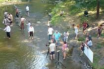 Na brouzdání v teplé Střele pod rabštejnským mostem si herci v parném dni nejspíše nestěžovali.