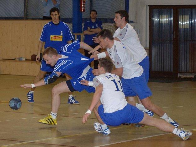 Házenkáři Sokola Košutka (v tmavém) porazili ve včerejším přípravném utkání v hale Slavie VŠ Plzeň béčko francouzského Wittelsheimu 30:24