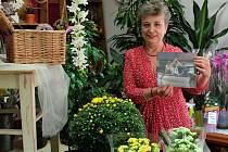 Květinářka Helena Ottová s fotografií, která ji zachycuje s manželem při obhlídce obchodu a domu v srpnu roku 2002