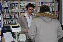 Michal Šavlík obsloužil během pondělí v soukromé lékárně ve Stodě zhruba stejný počet zákazníků, jako kdykoliv jindy