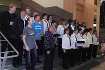 Žihelský smíšený pěvecký sbor neplánovaně vystoupil ve vestibulu plzeňského hlavního nádraží