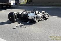Nehoda motocyklu a osobního auta v Nezvěsticích.