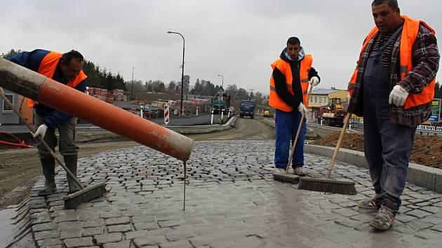 """Spáry mezi žulovými kostkami, jež tvoří prstenec kruhové křižovatky, začali včera stavbaři vylévat speciální maltou. """"Je to poměrně nová metoda, kterou jsme si poprvé vyzkoušeli v Klatovech,"""" řekl Miroslav Blabol z plzeňského Ředitelství silnic a dálnic."""
