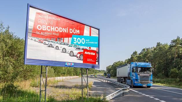 Billboardy v těsné blízkosti silnic. Ilustrační foto