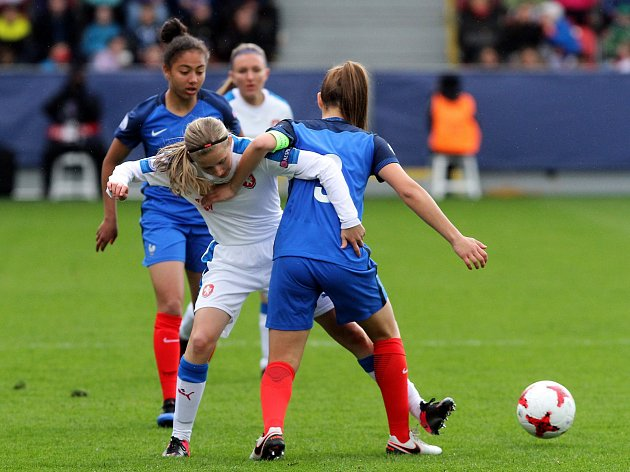 Fotbalové ME žen do 17 let odstartovalo zápasem mezi domácí Českou republikou a Francií. Hrálo se v Plzni na městském stadionu ve Štruncových sadech.