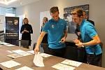 Hráči FC Viktorie Plzeň Patrik Hrošovský a Jan Kopic vybrali vítězné obrázky výtvarné soutěže dětí, kterou pořádal fotbalový klub se svým generálním partnerem firmou Doosan Power.