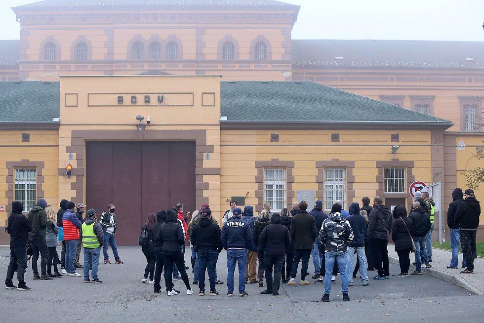 Protestní vzpomínka na vězně Petra K., který zemřel při požáru ve věznici.