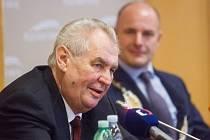 Prezident České republiky Miloš Zeman na Krajském úřadu Plzeňského kraje. V pozadí hejtman Josef Bernard