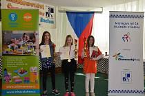 ZLATÝ HATTRICK. Mladá šachistka Adéla Janoušková (na snímku uprostřed) se stala potřetí za sebou mistryní ČR ve své věkové kategorii.