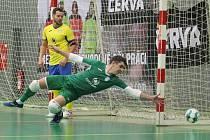 Lukáš Němec se natahuje po míči vystřeleném futsalisty Teplic ve vzájemném utkání z minulého týdne.