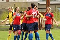 Fotbalistky Viktorie se radují poté, co vstřelily gól do sítě Pardubic. Plzeňanky na hřišti SK Smíchov zvítězily 2:0.
