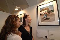 Návštěvnice si prohlíží jednu z fotografií na vernisáži výstavy Best of Show.