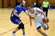 Narazili na těžkého soupeře. Basketbalisté Plzně se zatím marně snaží vyrovnat silnému Jindřichovu Hradci. Na snímku je s míčem plzeňský Jaroslav Lejsek.