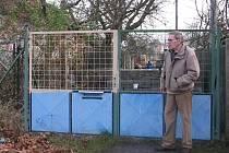 Václav Kabourek si pozemek ohradil. Sousedé ale přelézají vrata i tvárnice za nimi.
