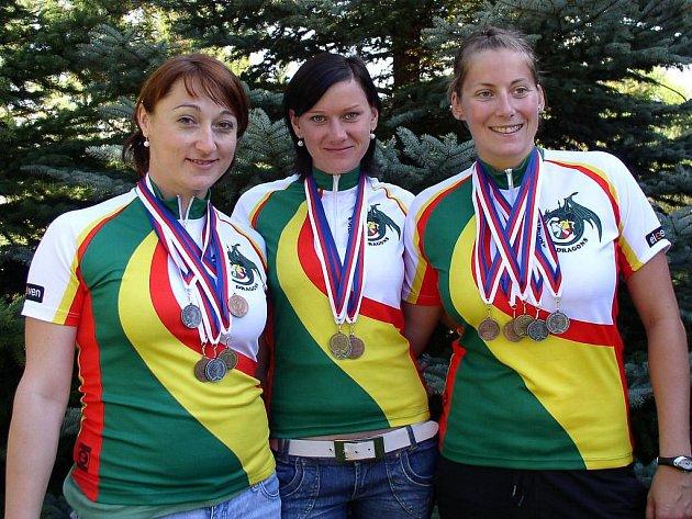 Závodnice oddílu Pilsner Dragons Jana Kleinová, Pavla Hurtová, Kateřina Hufeislová (zleva), které si z mistrovství republiky dračích lodí přivezly cenné kovy