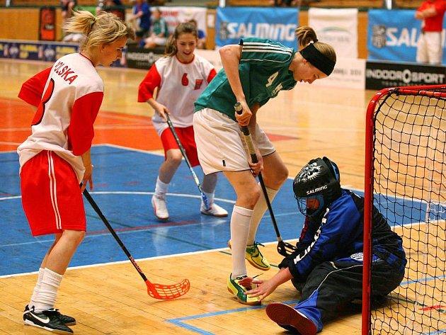 Florbalistky Polska (v červenobílých dresech) smetly ve finále mistrovství světa škol v Městské sportovní hale v Plzni na Slovanech tým Finska 8:1 a získaly zlaté medaile