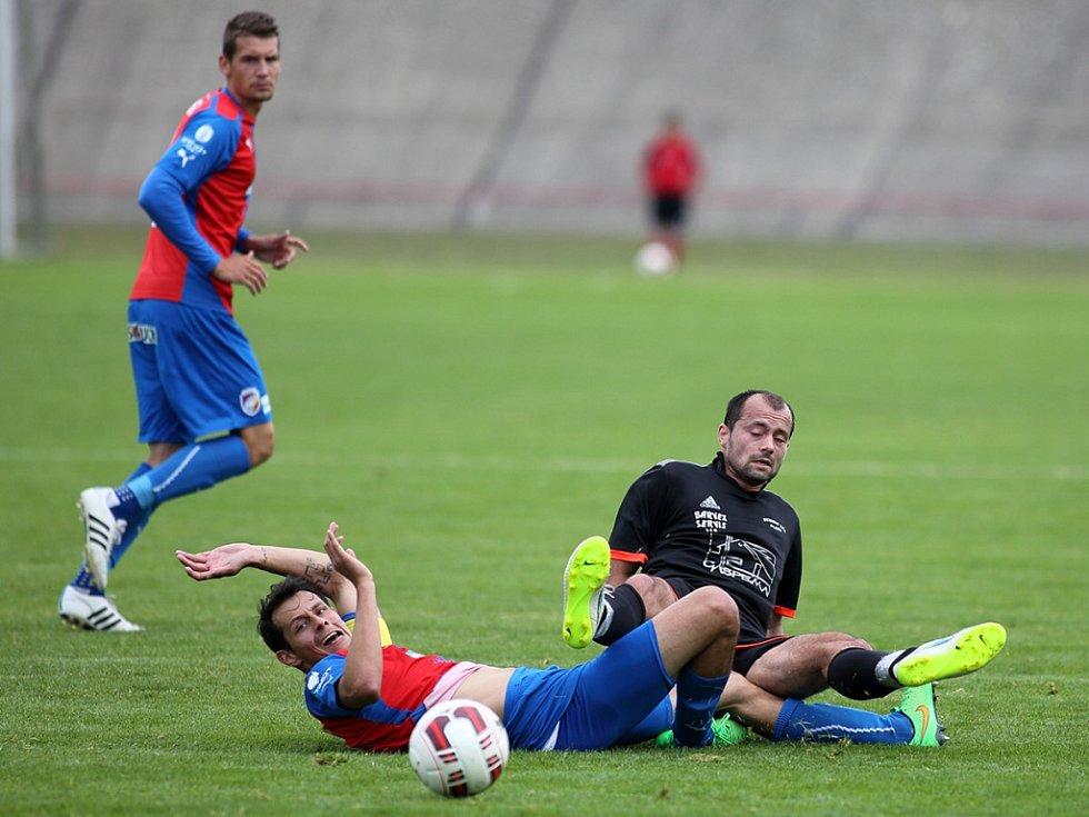 Václav Lisý z Dynama ZČE (vpravo) a Tomáš Kučera z Viktorie bojují o míč v sobotním přípravném utkání.
