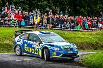 OBNOVENÁ PREMIÉRA. Václav Pech s vozem Ford Focus WRC na trati červencové Rallye Bohemia.