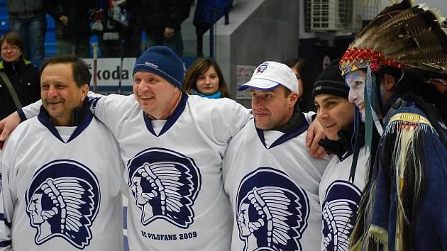 Po turnaji zapózovali fotografům místopředseda HC Pilsfans 2009 Pavel Franěk (druhý zprava),  Martin Straka (uprostřed) a Jaromír Zavoral (vlevo), bývalý ředitel  HC Plzeň 1929