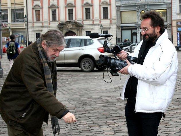 Otakáro Schmidt (vpravo) točil i v Plzni portrét umělce Jaroslava Šindeláře (vlevo)