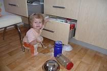 Natálka připravuje a ochutnává mouku na knedlíky k nedělnímu obědu