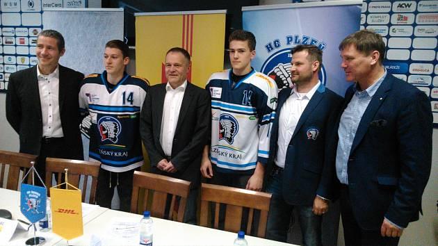 Zleva: Jakub Tomšovský z DHL, junior HC Škoda Plzeň Jan Štěpánek, Luděk Drnec z DHL, dorostenec Marcel Marcel, šéftrenér mládeže Petr Vojan a ředitel klubu Emil Kristek.