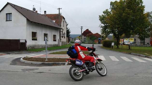 Obec Čižice se zaměřila na větší bezpečnost v obci. Vybudovala chodník a na návsi přechod pro chodce