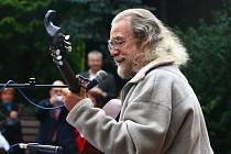 V meditační zahradě Luboše Hrušky zahrál včera odpoledne  hudebník Jaroslav Hutka