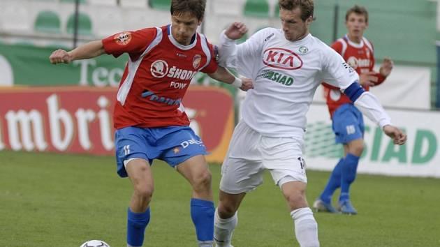 Plzeňský fotbalista Martin Fillo (vlevo) si kryje míč před Janem Procházkou z Mostu během včerejšího utkání Gambrinus ligy