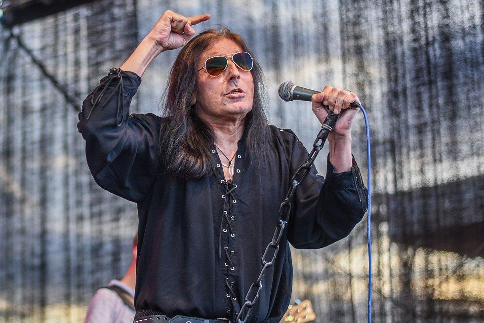 Společně se svou kapelou se na pódiu během Basinefirefestu ve Spáleném Poříčí představil i zpěvák Aleš Brichta.