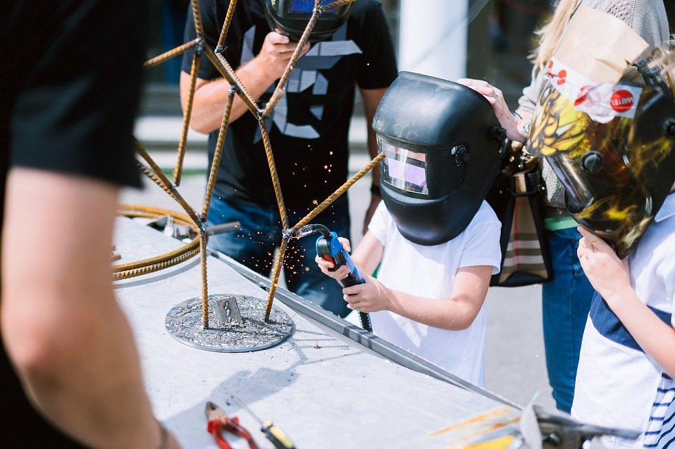 Druhý ročník přehlídky kutilů a vynálezců Maker Faire Plzeň přivítá o víkendu areál DEPO2015. Festival seznamuje také s tradičními řemesly a postupy.