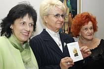 Hejtmanka Plzeňského kraje Milada Emmerová (uprostřed) pokřtila novou knihu Hany Gerzanicové (vpravo) a Evy Hubatové (vlevo). Půvabná knížka dostala příznačný název Poetický fotoinformel aslavnostní křest prožila v plzeňském Hotelu U Pramenů