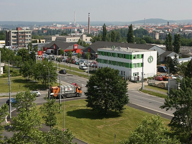 Popelářské vozy společnosti Čistá Plzeň (budova s logem na boku) začnou vjíždět do křižovatky bez semaforů mezi Heyrovského a ulicí E. Beneše na Borech od září. Z problematického místa by se měl stát kruhový objezd až za několik let.