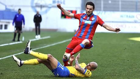 Fotbalová liga je plná skluzů a soubojů.