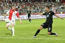 Michal Ďuriš (vpravo) střílí druhý gól v odvetném utkání s Vojvodinou Novi Sad.