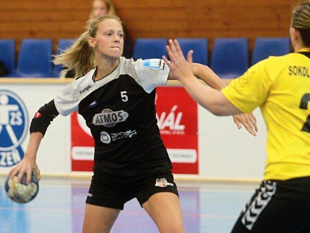 Opora házenkářek HC Plzeň Lucie Pešičková (vlevo) během úvodního kola první ligy proti Kobylisům.