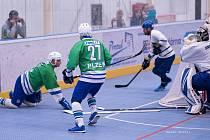 BYL TO BOJ. Hokejbalisté Plzně (v zeleném) nechali na hřišti vše, na prodloužení série to ale nestačilo.