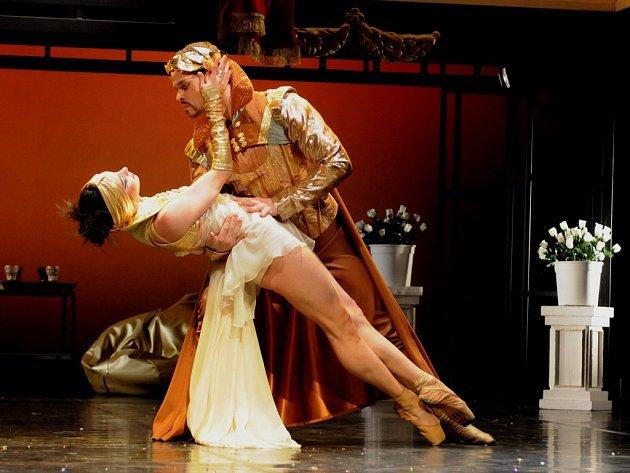Sen noci svatojánské. Na snímku z inscenace jsou Jarmila Dycková s Petrem Hosem v rolích Hypolity aThésea
