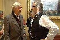 Josef Abrhám a Jiří Bartoška při natáčení seriálu Já, Mattoni v budově bývalé pražské Živnobanky