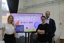 Ředitelka Juniorfestu Judita Soukupová, druhý zprava je Matyáš Valenta, člen programové rady, a vpravo stojí výkonný ředitel Michal Šašek.