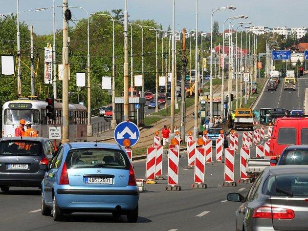 Rekonstrukce tramvajové trati na Severní předměstí se dotkne i řidičů aut. Na křižovatce u zastávky Pod Záhorskem jim ubyl jeden jízdní pruh. Tramvaje budou na Severní předměstí jezdit po jedné koleji