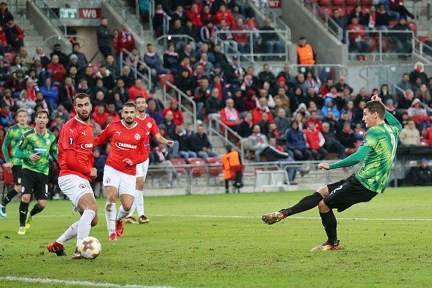 Lukáš Hejda (vpravo) střílí první gól Viktorie.