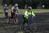 Štafetový závod v jízdě na koloběžce v Městě Touškově