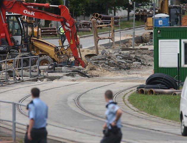 Dělníci pracující na rekonstrukci tramvajové trati na Karlovarské třídě narazili při výkopu na leteckou pumu z druhé světové války. Policie okolí nálezu uzavřela