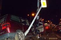 Nehoda osobního auta a tramvaje na kruhovém objezdu na Koterovské v Plzni